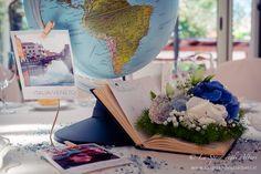 "Centrotavola in stile arte floreale:""Around the World: You&Me"" #centerpiece #centrotavola #ortensia #hydrangea #blu #bianco #white #wedding #matrimonio #decorazioni #travel #viaggio #gypsophila #nebbiolina #fioricarta #map #paper #paperflowers #papercraft #books #libro #segnatavolo #globe #mappamondo #mappa #polaroid #photo"
