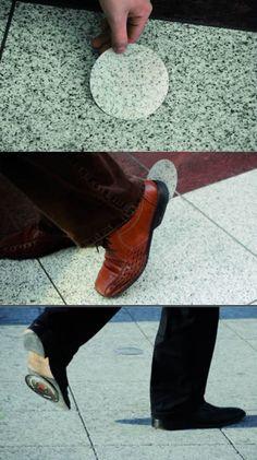 Original! J'imagine la tête des gens quand ils trouvent ça collé à leur soulier!