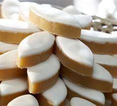 Faire soi-même ses calissons d'Aix ! Voici une recette pour réaliser soi-même ses calissons d'Aix. Le calisson d'Aix est l'un des treize desserts traditionnellement servis à Noël en Provence..