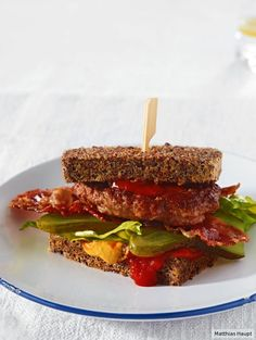 Low Carb: Frikadellen-Speck-Burger mit Low Carb Brot