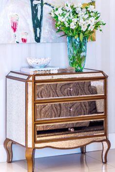 Ideal para decorar sua casa, a Cômoda Com Espelho Veneziano Veneza é sofisticada e muito versátil, além ser um charme. Revestida em espelho bisotado, pintura craquelada com efeito oxidado e puxadores em acrílico. Interna e traseira em pintura preta, filetes nas laterais e pés na cor bronze. #Comoda #MovelEspelhado #LojaSoulHome