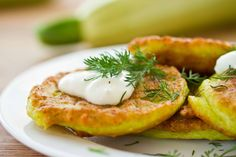 Enjoy our collection of tasty recipes featuring this versatile vegetable. From fritters to risotto, discover new ways to incorporate zucchinis into your menus. Good Food, Yummy Food, Tasty, Brunch, Tzatziki Sauce, Antipasto, Fritters, Plant Based Recipes, Pancake