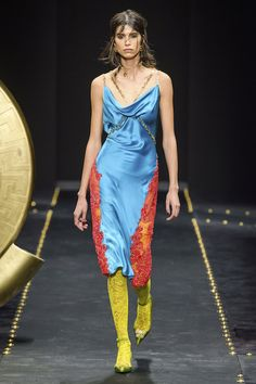 Versace Fall 2019 Ready-to-Wear Fashion Show - Vogue Versace Fashion, Runway Fashion, High Fashion, Fashion Trends, Dolly Fashion, Women's Fashion, Jackie Kennedy, Vogue Paris, Tweed