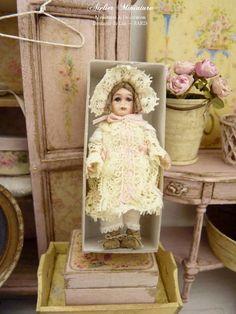 Poupée miniature, Façon Jumeau, Fait en France, Dentelle ancienne, Jaune pâle, Ruban rose, Maison de poupée, Échelle 1/12 by AtelierMiniature on Etsy