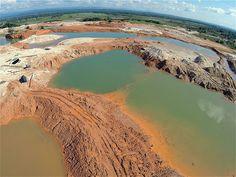 En Cuturú, corregimiento del Bajo Cauca antioqueño, en medio de la aridez, lagunas de mercurio, cianuro y gasolina que alcanzan los 12 metros de profundidad son el rastro de la minería ilegal.