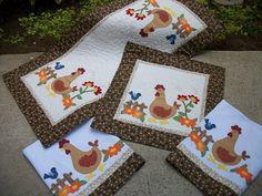 Conjunto para cozinha todo em patchwork com aplicações e bordados. Feito em tecido de algodão, manta, forro e quilt.  Conjunto contém: caminho de mesa, toalha para fogão, 2 panos de copa  Caminho de mesa ( 1.03 x 50) : 95,00 Toalha para fogão ( 50 x 50): 55,00 Pano de copa : 28,00 unidade  Podemos fazer jogos americanos para este conjunto: 28,00 (unidade)  ESTAMPA DO TECIDO PODE SOFRER VARIAÇÃO. R$ 200,00 Applique Patterns, Applique Designs, Rag Quilt, Quilts, Mug Rugs, Country Decor, Decoration, Machine Embroidery, Christmas Crafts