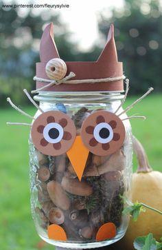 Un petit hibou bricolé avec les enfants : un bocal rempli de petits trésors trouvés lors d'une promenade en forêt. http://pinterest.com/fleurysylvie/mes-creas-pour-les-kids/ #bricolage #automne: