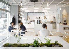 Having helped usher in the craft coffee boom in Paris three years ago, Coutume has now embarked upon their expansion, bringing Parisian coffee to Tokyo. Their sleek new store – a cross between a café and a science lab – opened in early April in the trendy Aoyama district (Gmap). The interior, de