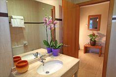 Cuarto de baño Habitación Doble: Nuestra habitación doble en Alcoy es perfecta para una escapada romántica. La habitación doble standard cuenta con una cama de matrimonio o dos camas de 90 cm. Encuentra todas las comodidades al mejor precio en nuestro alojamiento en Alcoy.