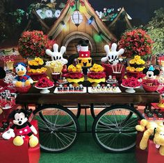Créditos: @kellykhawam Festa Mickey Mouse Natal Do Mickey Mouse, Minnie Y Mickey Mouse, Fiesta Mickey Mouse, Mickey Mouse Clubhouse Birthday Party, Mickey Mouse Parties, Mickey Birthday, Mickey Party, Mickey Mouse And Friends, Festa Mickey Baby