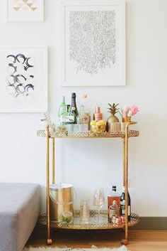 Stunning home bar cart decor inspiration from Kellee Khalil's NYC Apartment Tour on The Everygirl Bar Cart Styling, Bar Cart Decor, Zeitgenössisches Apartment, First Apartment, City Apartment Decor, Apartment Ideas, Bandeja Bar, Bar Sala, Sweet Home