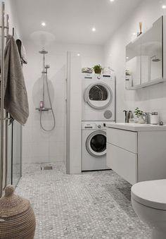 Baño amplio con suelo de azulejo decorado y ducha amplia sin plato, con espacio vertical para lavadora y secadora