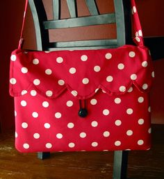 A collection of thirty-eight free laptop bag & sleeve patterns, tutorials, and diy sewing projects, including padded and quilted designs. Diy Laptop, Laptop Tote, Diy Sewing Projects, Sewing Tutorials, Sculpture Textile, Puppy Backpack, Tote Tutorial, Fabric Bags, Zipper Bags