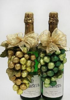 This is clever and eye-catching, very cool. I'd use Ferrero Roche chocolates. A little more expensive but a great gift for a special occasion. Wine Bottle Crafts, Bottle Art, Diy Christmas Gifts, Christmas Decorations, Chocolate Bouquet, Candy Bouquet, Candy Gifts, Chocolate Gifts, Wine Gifts