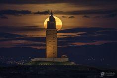 La luna llena tras la Torre de Hércules by @chenchomendoza #ACoruña #Galicia #SienteGalicia ➡ Descubre más en http://www.sientegalicia.com/