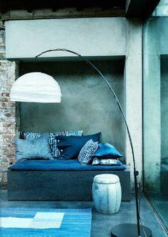 mur-bleu-canard-chambre-originale-grande-lampe-de-sol-sofa-bleu