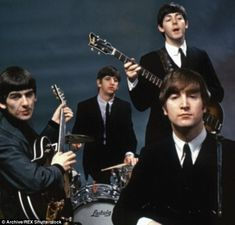 The Beatles were an English rock band formed in Liverpool in 1960 With members John Lennon Paul McCartney George Harrison and Ringo Starr they became widely regarded as t. Foto Beatles, Les Beatles, Beatles Photos, Beatles Love, With The Beatles, The Beatles 1960, Ringo Starr, George Harrison, Beetles