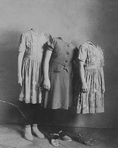 Ghost girls, definitely more creepy w/o the arms. Images Terrifiantes, Old Photos, Vintage Photos, Girl Photos, Halloween Vintage, Creepy Vintage, Halloween Pictures, Scary Halloween, Horror