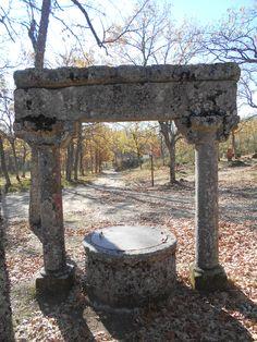 Pórtico y barbacoa. Zona de acampada de la Ermita de las Majadas Viejas. La Alberca.
