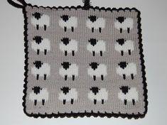 De här grytlapparna är stickade på en rundsticka och har samma mönster på båda sidorna.