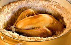 O frango assado ao sal grosso fica temperado e saboroso. Experimente a receita de Olivier Anquier.