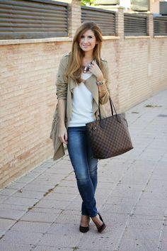 Look básico de @A Trendy Life Jeans + Blusa blanca + Parka o Chaqueta ligera