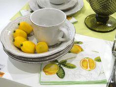 Perfeita para as apaixonadas pelo estilo clássico! Esta xícara em cerâmica com charmosa inspiração clássica irá fazer sucesso na hora de servir seu café! Apaixone-se também! http://www.laris.com.br/xicara-de-cafe-renda-p4984/