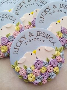 think this could be made into a really cute wedding cookie.polymer clay ref-magnet wedding souvenir Polymer Clay Kunst, Fimo Clay, Polymer Clay Projects, Polymer Clay Charms, Polymer Clay Creations, Polymer Clay Jewelry, Clay Crafts, Polymer Clay Magnet, Wedding Favors Cheap