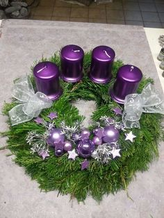 Christmas Advent Wreath, Silver Christmas Decorations, Christmas Time, Christmas Crafts, Couronne Diy, Christmas Candle Holders, Purple Wedding, Centerpieces, Candles