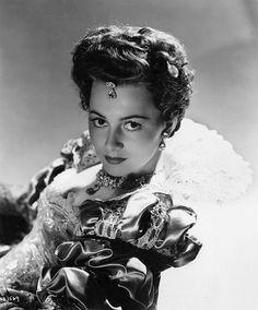 Olivia de Havilland is Hollywood Jewelry, Hollywood Music, Vintage Hollywood, Hollywood Glamour, Classic Hollywood, Olivia De Havilland, Classic Actresses, British Actresses, Beautiful Actresses