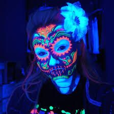 No hace falta que tengas una destreza especial con el maquillaje, con la pintura fluorescente conseguirás resultados fantásticos.