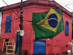 Bandeira do Brasil é hasteada em rua em Santos, SP (Foto: Darrell Champlin/Arquivo Pessoal).