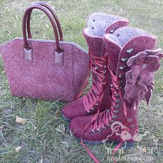 Это тот случай, когда мама заказывает обувь, носит, а затем заказывает сыну. Детские будут представлены отдельно, а в этих ботинках есть нечто интересное. Создавались они вместе с сумкой, для которой я делала полотно, а мастер по коже собрал саму сумку. Крксивый и очень необычный комплект. Но видели бы его хозяйку! Яркая, сильная, жнественная и стильная Таисия. Ведь именно она хозяйка той самой юбки из 13 цветов шерсти! Hiking Boots, Combat Boots, Army, Shoes, Fashion, Gi Joe, Moda, Zapatos, Military