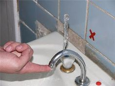 Eine originelle Idee wie man das Wasser auf einem Wasserhahn nach oben hin ableitet ( z.B. gut nach dem Zähne putzen ;-) ) ( Wasserhahn / Bild nicht von DIBL' Armaturen - Alle Rechte dem Anbieter des Bildes - Siehe Quelle )