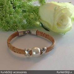 De schoonheid zit m in de eenvoud! Armband van kurk met parel.