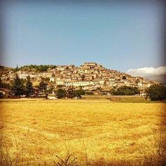 Il borgo di Navelli visto da un campo di grano appena arato! #abruzzo #travel #italy #navelli #zafferano #borghipiubelliditalia #borgo #abruzzosegreto
