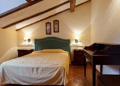 Hotel en Cuenca - Habitación matrimonio. Bed, Furniture, Home Decor, Cave, Places, Decoration Home, Stream Bed, Room Decor, Home Furnishings