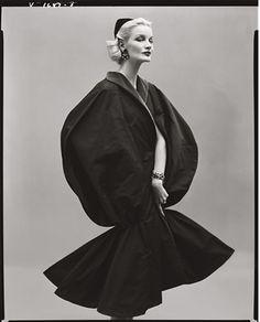 1952 - Sunny Harnett in Balenciaga. Photo by Richard Avedon for Vogue. Vintage Vogue, Vintage Glamour, Fashion Images, Look Fashion, Fashion Models, High Fashion, Richard Avedon Photography, Martin Munkacsi, Jean Shrimpton