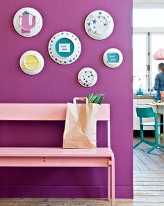 DIY dishes on the wall #plates #diy #dishes - Zelfmaakidee: Unieke bordenwand #borden #muur Kijk op www.101woonideeen.nl