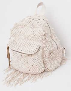Discover the most modern bags for AW 2017 at PULL&BEAR. Find our handbags, black tote bags, pink or khaki backpacks and metallic wallets for women.Discover thousands of images about Design & crochet lace by Victoria BelvetThis Pin was discovered by M Crochet Handbags, Crochet Purses, Crochet Lace, Pinterest Crochet, Crochet Backpack Pattern, Mochila Crochet, Pull & Bear, Macrame Bag, Black Tote Bag