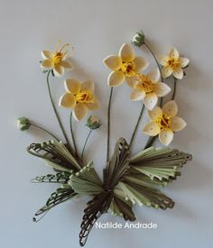 daffodils in grass quilling Arte Quilling, Quilling Videos, Paper Quilling Flowers, Paper Quilling Patterns, Quilled Paper Art, Quilling Paper Craft, Quilling Techniques, Quilling Designs, Paper Crafts