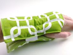 Heat Pack Wrist Warmer, Wrap for Wrist, hot or cold pack, microwave wrap for Wrist Hot Cold Pack Heating Pad Rice Warmer Arm Wrist Pad Small Sewing Projects, Sewing Hacks, Sewing Tutorials, Sewing Patterns, Hat Patterns, Diy Heating Pad, Rice Heating Pads, Corn Bags, Rice Bags