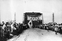 • Un puente de la peninsula de Corea donde sus habitantes esperan la llegada de las tropas soviéticas para librarse de la ocupación japonesa en su país desde 1910. Corea fue liberada en 1945 aunque poco después se produciría la Guerra de Corea.