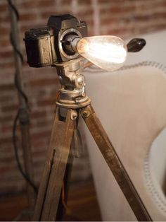 Cris Mercado turned this vintage camera into a lamp with a light kit and an Edison bulb. Hgtv star love this show Old Cameras, Vintage Cameras, Diy Luz, Lampe Edison, Edison Bulbs, Recycled Lamp, Repurposed, Hgtv Star, Industrial Lighting