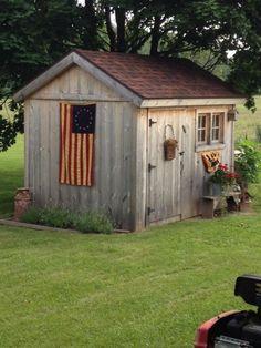 cabanon de jardin, pelouse bien tondue et le drapeau américain