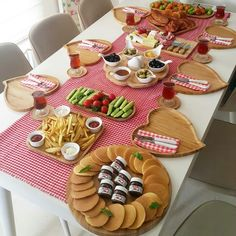 Pinterest @aalaaaatya Breakfast Table Setting, Breakfast Platter, Breakfast Presentation, Food Presentation, Turkish Breakfast, Eid Breakfast, Breakfast Pictures, Wedding Snacks, Breakfast Bread Recipes