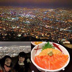 Instagram【shoko_____127】さんの写真をピンしています。 《小樽で半身揚げを食べた後は夜景を見に 藻岩山に登りました🚠🌃. . 北海道といえば函館の夜景のイメージやったけど、 札幌から函館が電車で片道4時間かかると知って 諦めてこっちに登った💁🏻✨笑 . 下りのロープウェイで知ったけど、藻岩山は 稲佐山と神戸に並んで新日本三大夜景らしいよ☝🏻. 地味に新日本三大夜景コンプリートしました💁🏻✨. 藻岩山の写真で言うことじゃないけど、 私の一推しは神戸…🤐💬笑 . 個人的な意見として稲佐山は夜景と展望台の距離が 近いのがいいとこで、藻岩山はアクセスの良さと パノラマビューがいいとこと思うけど、 私が何回も何回も通ったってゆう思い入れもあって 関西圏の夜景が見渡せる神戸がお気に入り☺️💓. (でも見れるならついでに見ようかなって程度で 実は夜景にそれほど興味はない 笑) . そしてこの夜景撮ってみてiPhoneのインカメが こんなに写り悪いことを知った😦💔. 6sやけんそんなに古くはないんやけどな〜 もはや同じ背景って分かるほうがすごい 笑…