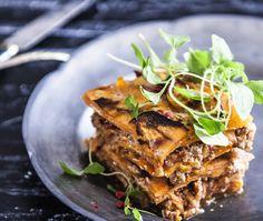 Giv din gæster en ny, smagfuld lasagne-oplevelse. Den lækre italienske ret løftes til nye højder i denne opskrift på lasagne med søde kartofler.