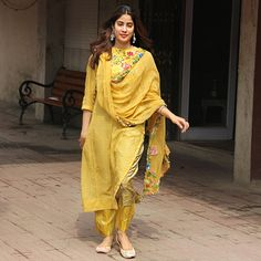 Janhvi Kapoor - Looks You Can Own Ethnic Outfits, Indian Outfits, Fashion Outfits, Fashion Ideas, Kurta Designs Women, Blouse Designs, Indian Attire, Indian Wear, Casual Indian Fashion
