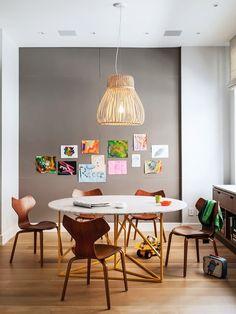 Sala de jantar com desenhos na parede